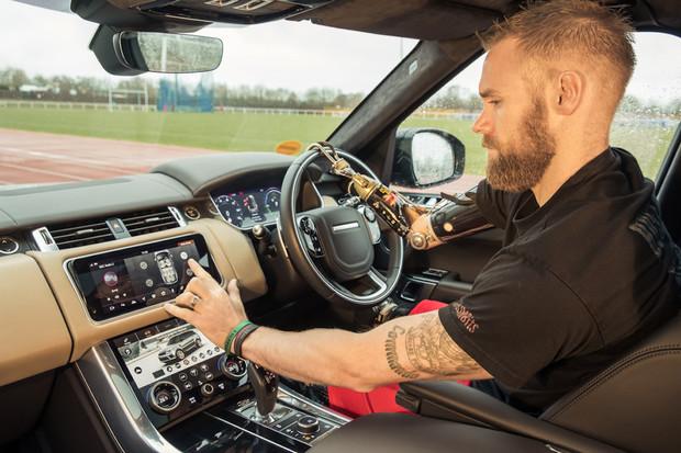 Jaguar Land Rover má technologii, která vám sama otevře dveře. Podobně jako Tesla