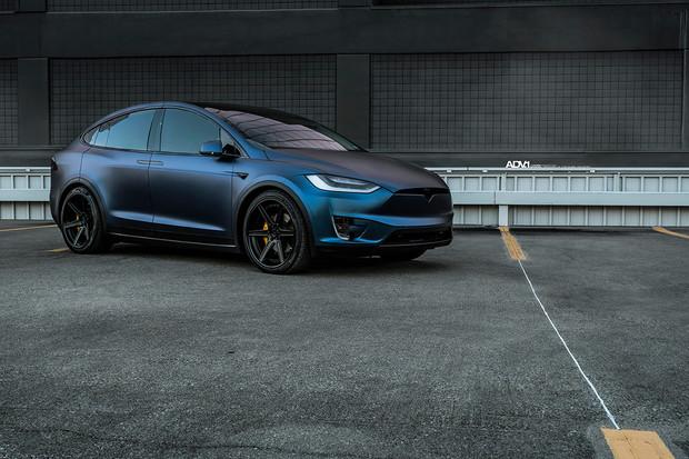 22palcová kola, jiný lak a hned Tesla vypadá jinak. Líbí se vám?