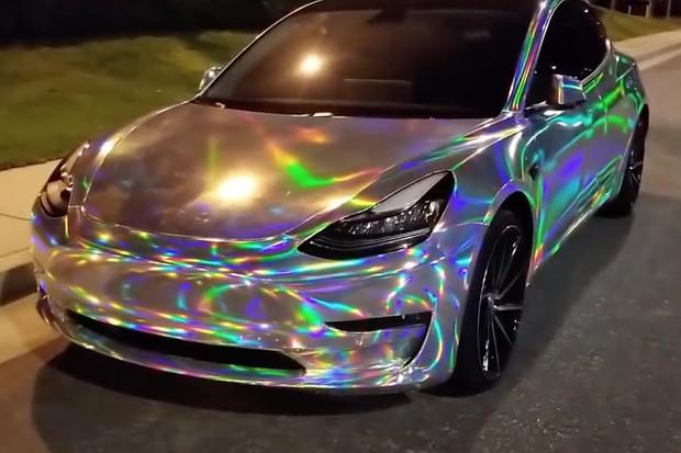 Když chcete být vidět za všech okolností, Model 3 v chromu může být řešení