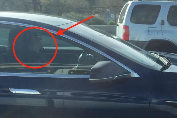Spící řidič Tesly Model S jel lépe než většina bdělých řidičů, tvrdí svědek