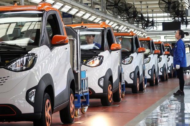 Čínské prodeje elektromobilů klesají a vláda se snaží reagovat