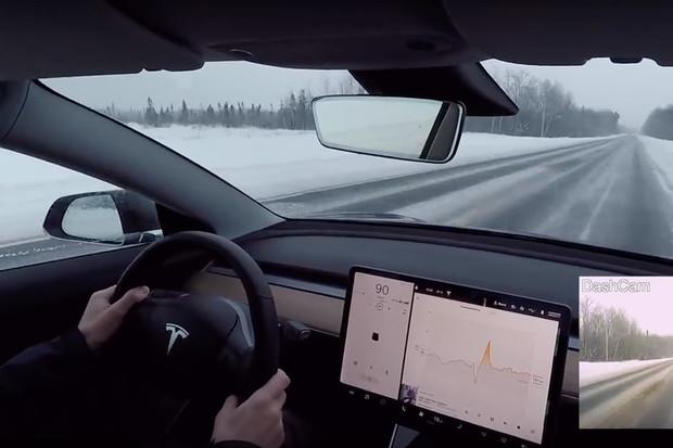 Autopilot navrhl řidiči Tesly vjet přímo pod kola kamionu