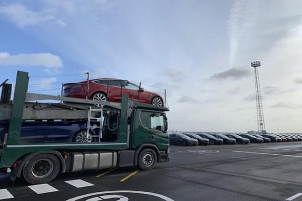 Elon Musk přiletěl osobně zkontrolovat dodávky  Modelu 3 do Evropy