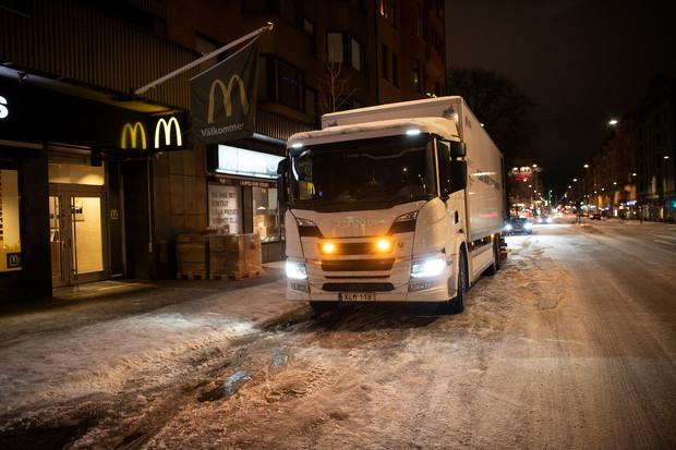 Scania ve Stockholmu rozváží náklady pomocí hybridních vozidel