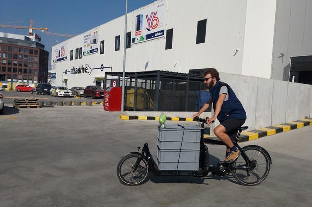 Alza nově v Bratislavě využívá pro rozvoz i cyklokurýry