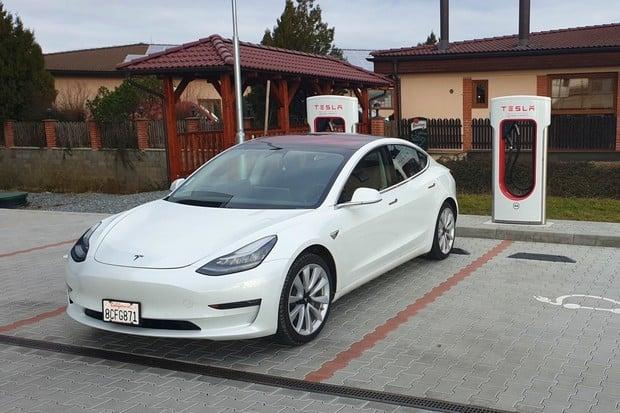 Tesla už kvůli evropskému Modelu 3 osazuje české Superchargery konektorem CCS