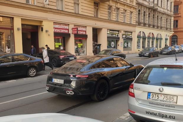 Elektrické Porsche Taycan se prohání Prahou