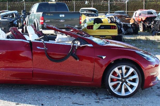 Stojí za nedávnou fatální nehodou Tesly chyba řidiče, nebo systém Autopilot?