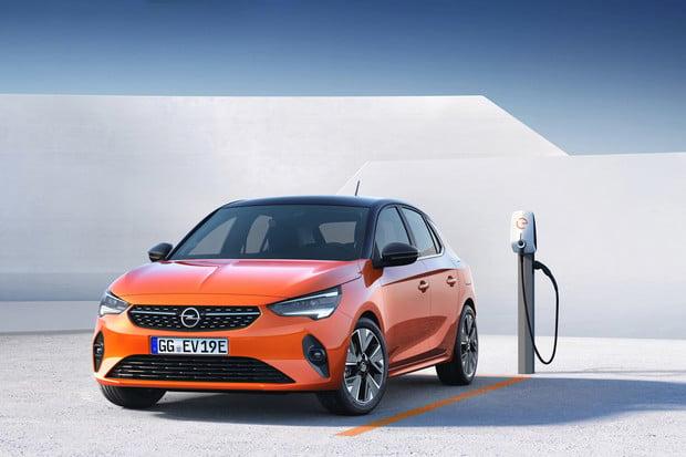 Opel Corsa-e má české ceny. O kolik je levnější než Peugeot e-208?