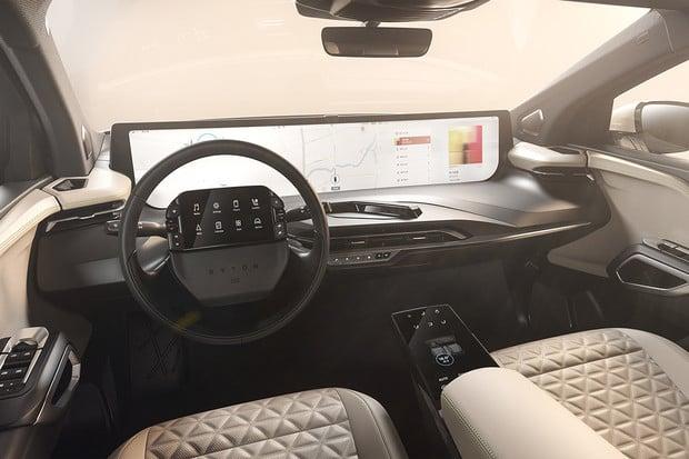 Byton odhalil detaily interiéru sériové verze modelu M-Byte. Obří displej zůstal