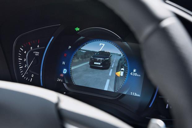Hyundai Santa Fe bude promítat obraz mrtvého úhlu na přístrojový štít