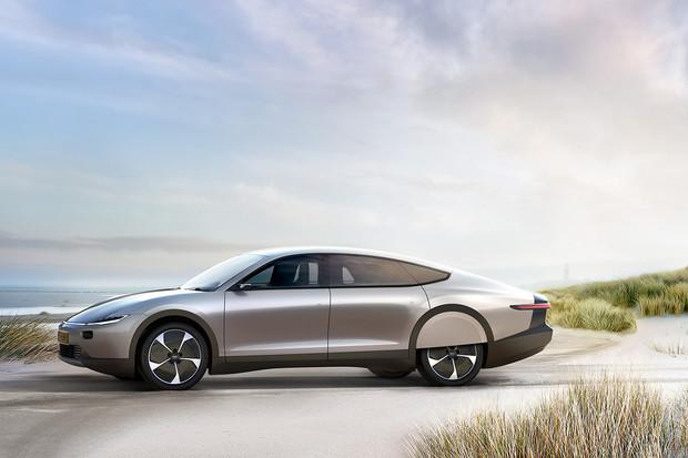 Lightyear One je elektromobil s dojezdem přes 700 km a možností solárního nabíjení