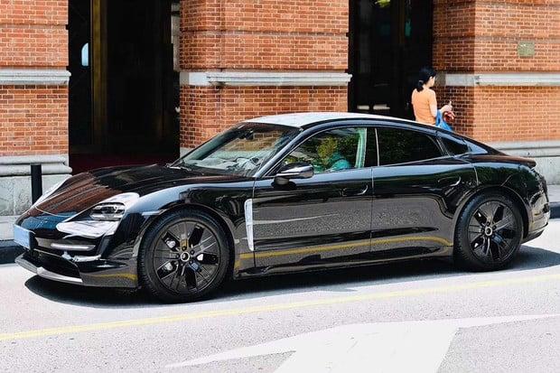 Prakticky sériové Porsche Taycan se prohánělo v Šanghaji. Prohlédněte si fotky