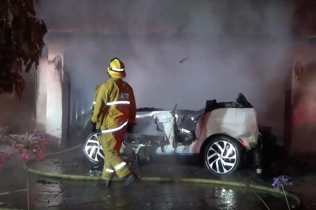 Další požár elektromobilu. Video ukazuje, jak se rozšířil i na jiné auto a dům