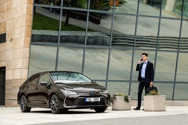 Toyota v ČR za první půlrok vyrostla o 7%. Hybridní auta tvoří 40% prodejů
