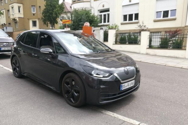 Volkswagen ID.3 byl vyfocen v ulicích Stuttgartu. Vypadá elegantně