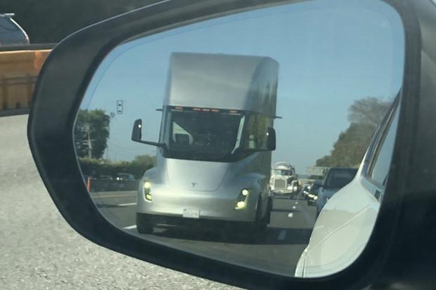 Jezdil elektrokamion Tesla Semi na dálnici bez řidiče? Podle fotek to tak vypadá