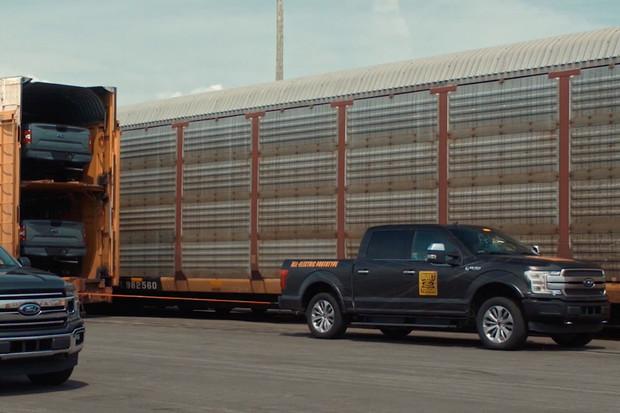 Elektrický pick-up od Fordu utáhne ledacos. V propagačním videu zvládl i 566 tun