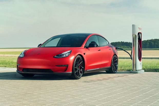 Tesla Model 3 na okruhu porazila Porsche Taycan. Ale ne ten nejrychlejší