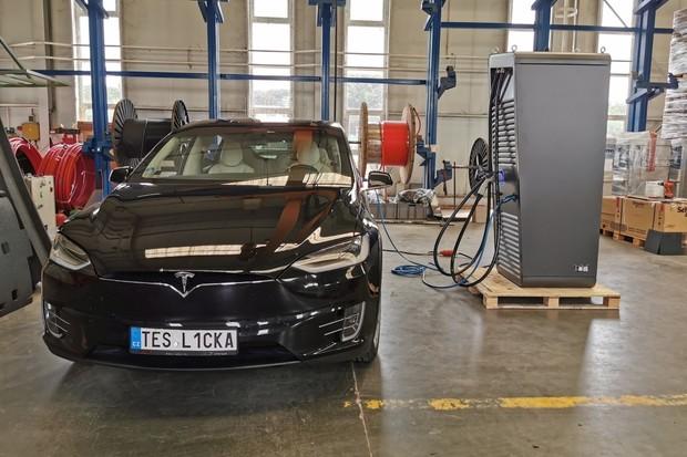 Praha dostane svůj první Hypercharger. Elektromobil nabije za pár minut