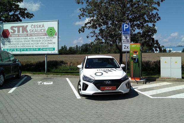 Nová rychlonabíjecí stanice ČEZ v Jaroměři je již v provozu