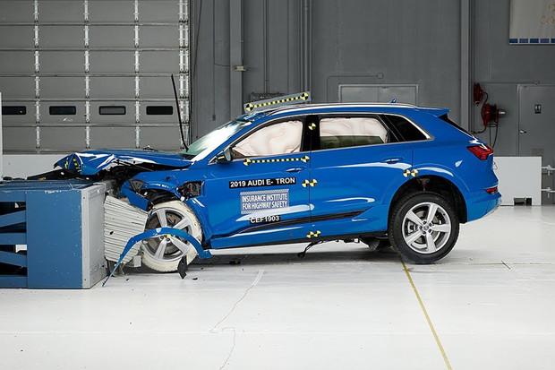 Audi e-tron je prvním elektromobilem ohodnoceným plným počtem bodů v testech IIHS