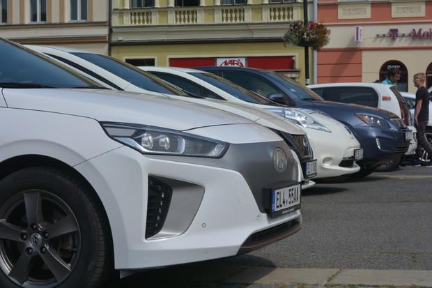 Do Valašského Meziříčí se sjely elektromobily, podporu poskytl přímo starosta