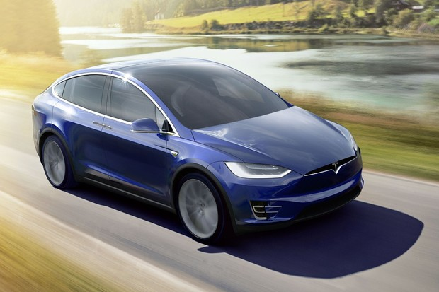 Tesla nyní vidí i před auto, za kterým jedete