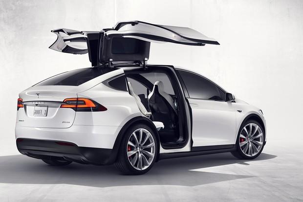Už jste někdy viděli více jak 100 mávajících Tesel Model X?