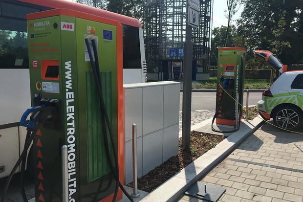 Dvě nové nabíjecí stanice můžete využívat v Kolíně u autobusového nádraží