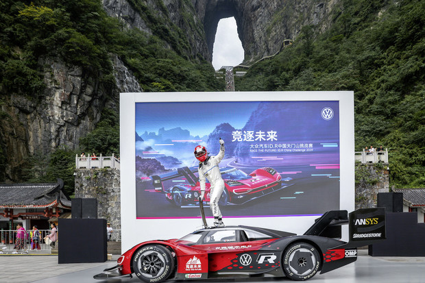Misi s názvem rekord na hoře Tianmen Volkswagen úspěšně zvládl