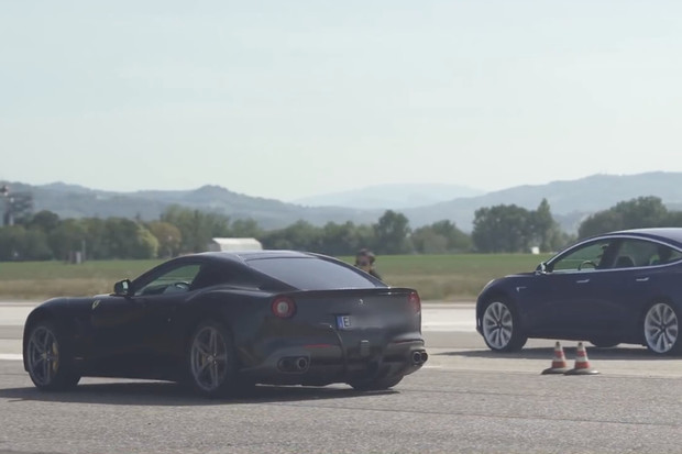 Když Ferrari F12 Berlinettta dostane výprask od Tesly Model 3