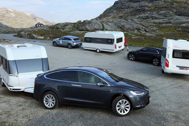 Mercedes EQC, Audi e-tron, nebo Model X? Kdo je nejlepší, když přidáme přívěs?