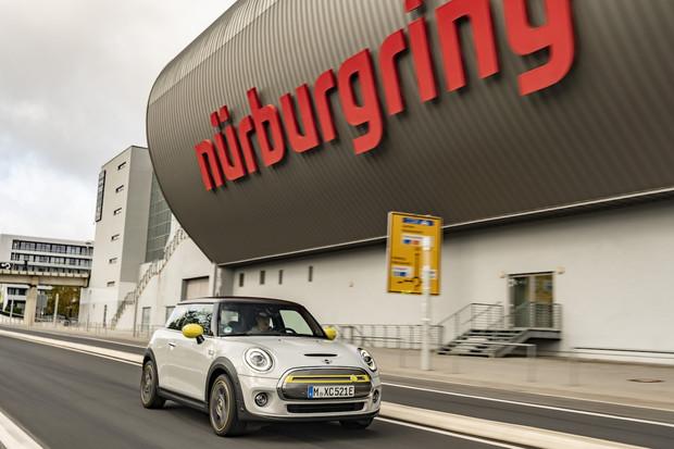 Nejrychlejší čas na Nürburgringu bez využití brzdy? Šílené, nebo geniální?
