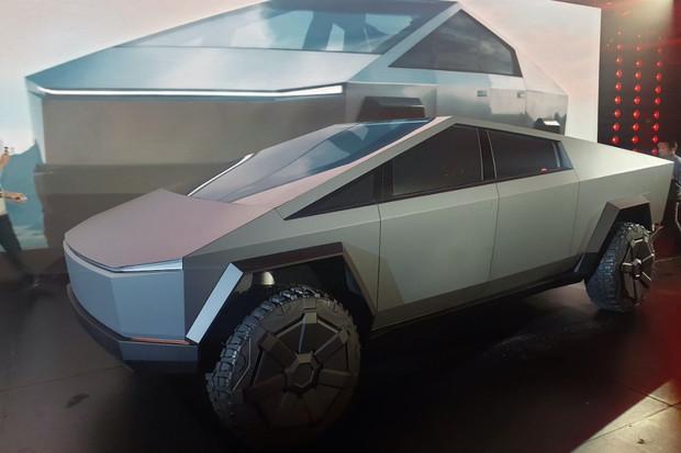 Nedokážete si Cybertruck představit na silnici? Podívejte se na video