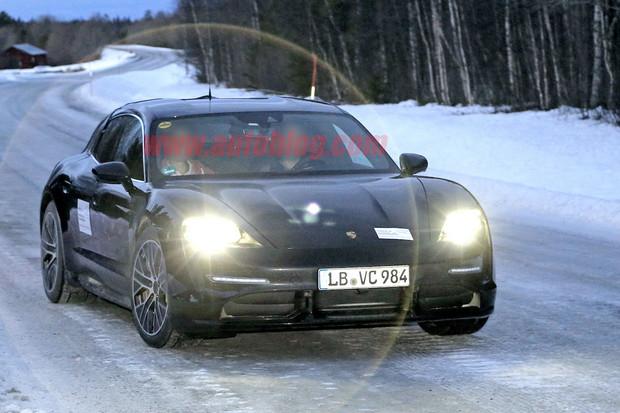 """Preferujete auta s """"batohem na zádech""""? Počkejte si na Porsche Taycan Cross Turismo"""