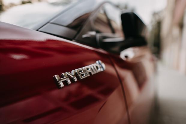 Francouze láká autonomní jízda, třetina Čechů chce hybrid. Co brzdí elektromobily?