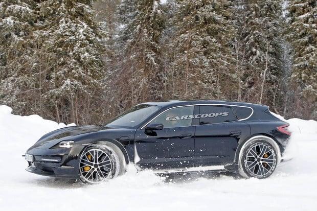 """Porsche testuje na sněhu Taycan s """"batohem na zádech"""""""