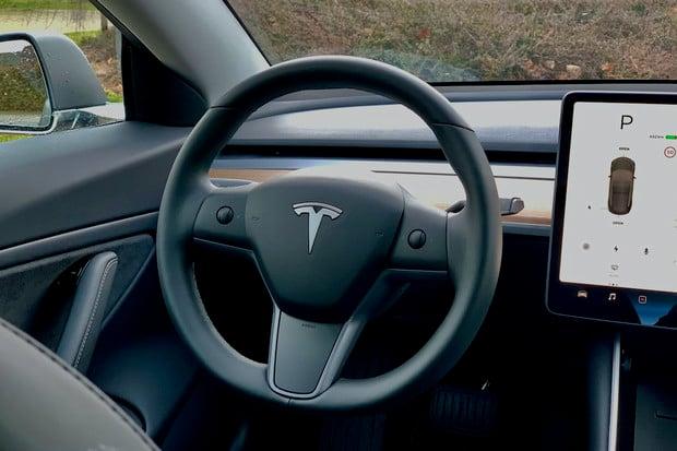 Tesla pracuje na novém multifunkčním volantu. Má dostat jednu zajímavost. Jakou?
