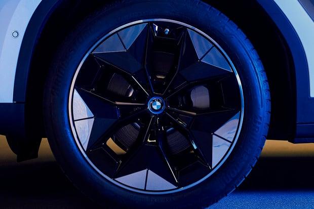 Nová aerodynamická kola od BMW snižují odpor o 5 procent. První je dostane iX3