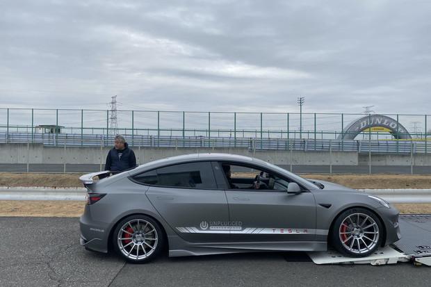 Upravená Tesla Model 3 ztratila na McLaren F1 pouze desetinu sekundy