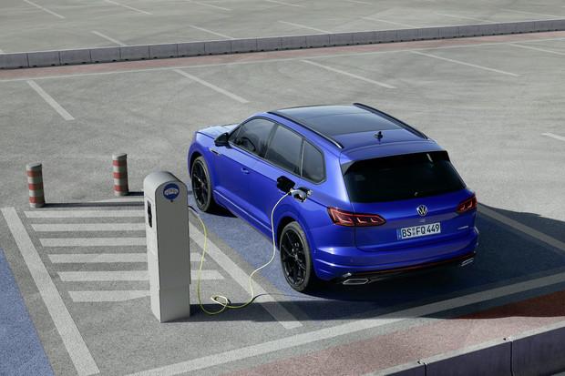 Touareg do zásuvky je nejsilnější vůz VW. Nabídne 462 koní a ukáže se v Ženevě