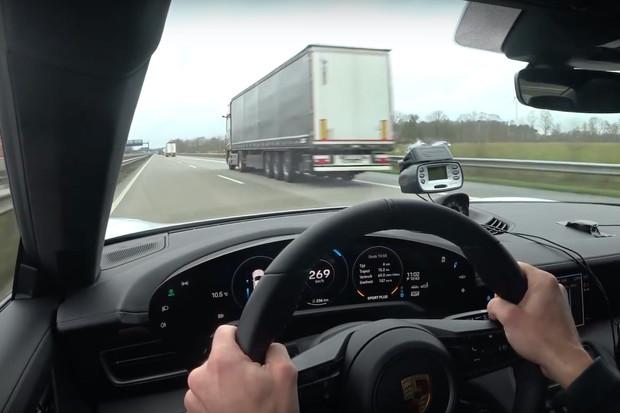 Porsche Taycan Turbo S řádilo na německé dálnici. Jeho dynamika je dechberoucí