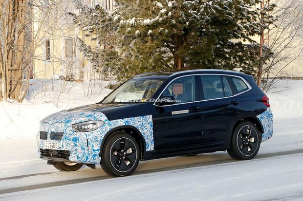 BMW iX3 na aerodynamických kolech nafoceno při testování