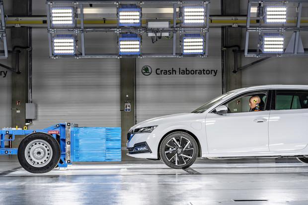 Škoda Auto má novou halu pro crash testy. Testovat v ní bude i elektromobily