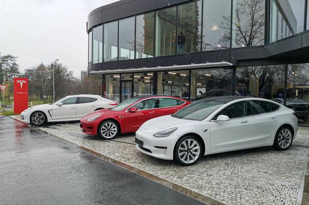 Tesla předala první vozy v Praze, byli jsme u toho