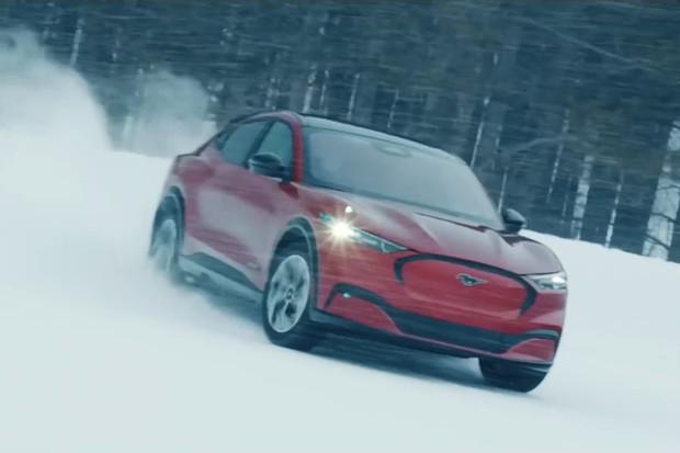 Podívejte se, jak Ford testuje Mustang Mach-E pomocí driftů na sněhu