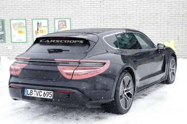 """Další sada fotek Porsche Taycan s """"batohem na zádech"""" je na světě"""
