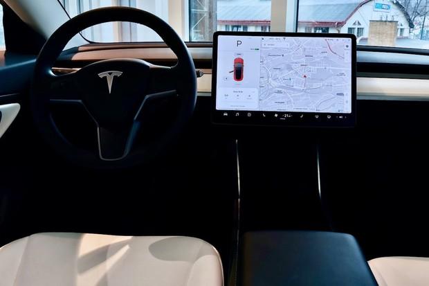 Tesla Robotaxi je stále v plánu na tento rok, záleží to na legislativě, říká Musk