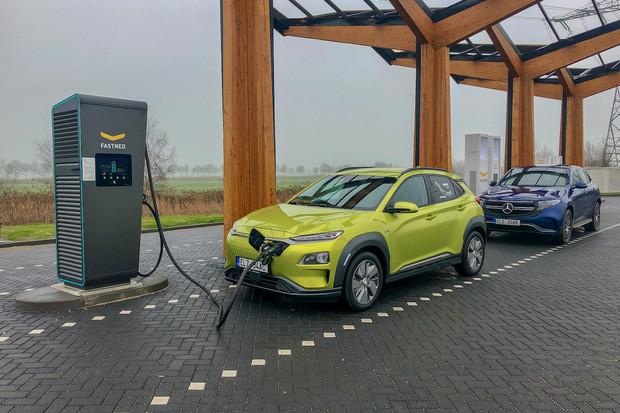Jak vypadá cesta dvou elektromobilů do Holandska a zpět pohledem uživatele?